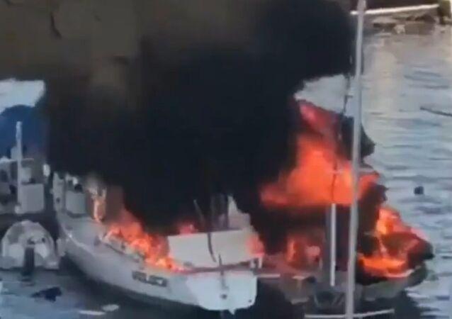 Una lancha pesquera explota en medio un puerto en México: momentos de horror