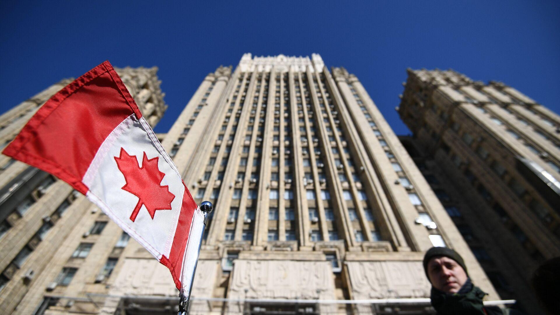 Bandera de Canadá cerca del Ministerio de Asuntos Exteriores de Rusia - Sputnik Mundo, 1920, 25.03.2021