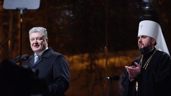 El presidente de Ucrania, Petro Poroshenko, y el jerarca de la nueva Iglesia ucraniana, metropolitano Epifani - Sputnik Mundo