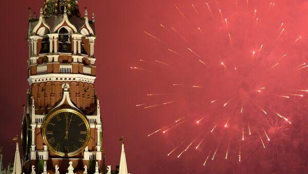 Fuegos artificiales en el cielo sobre el Kremlin  - Sputnik Mundo