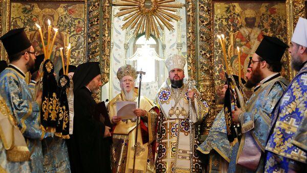 El patriarca de Constantinopla, Bartolomé, y el mitropolito Epifani durante una misa en Istambul - Sputnik Mundo