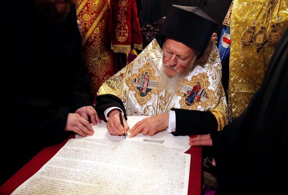 El patriarca de Constantinopla, Bartolomé, firma el 'Tomos' de autocefalia para la 'nueva Iglesia' ucraniana