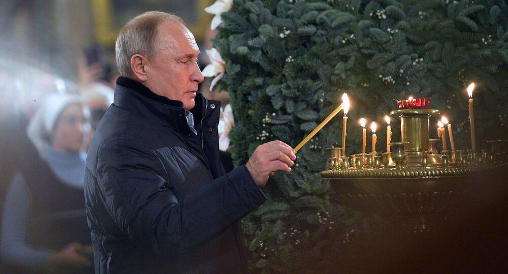 Putin asiste a la misa de gallo ortodoxa en una catedral de San Petersburgo