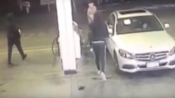 Unos ladrones intentan robar un auto - Sputnik Mundo