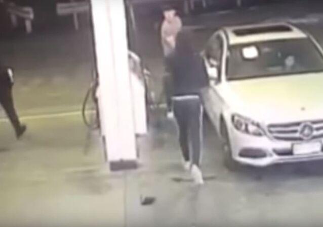 Unos ladrones intentan robar un auto
