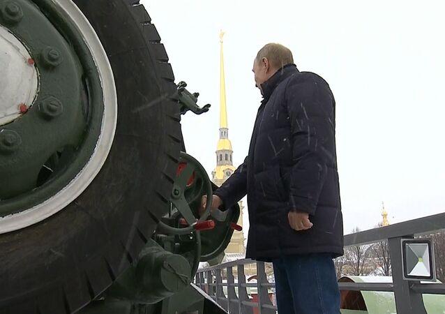 ¿Qué hace Putin disparando con un cañón en medio de San Petersburgo? (vídeo)
