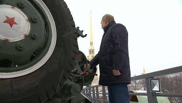 ¿Qué hace Putin disparando con un cañón en medio de San Petersburgo? (vídeo) - Sputnik Mundo