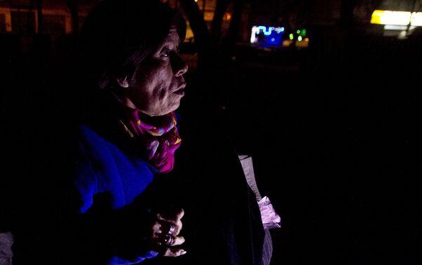 Mujer recibe donación de ropa y dulces el día de los reyes magos - Sputnik Mundo
