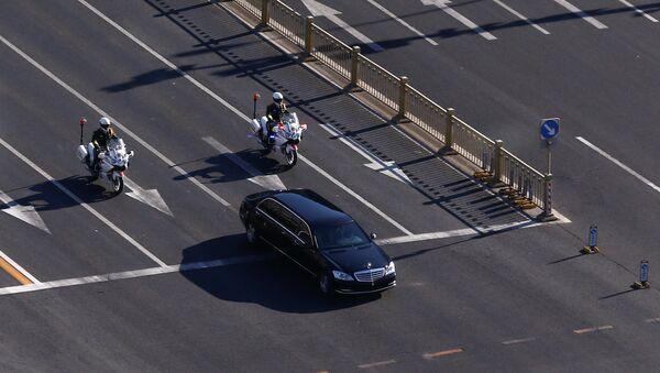 Un vehículo que forma parte de una caravana que se cree que transporta al líder norcoreano, Kim Jong-un, atraviesa el centro de Pekín, China. - Sputnik Mundo