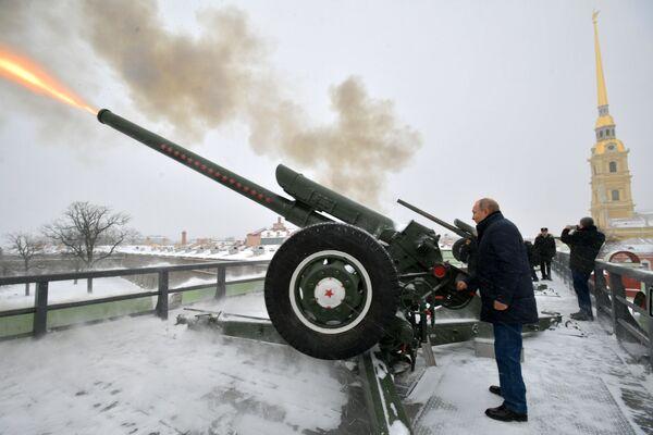 Vladímir Putin dispara un cañón en la fortaleza de San Pedro y San Pablo - Sputnik Mundo