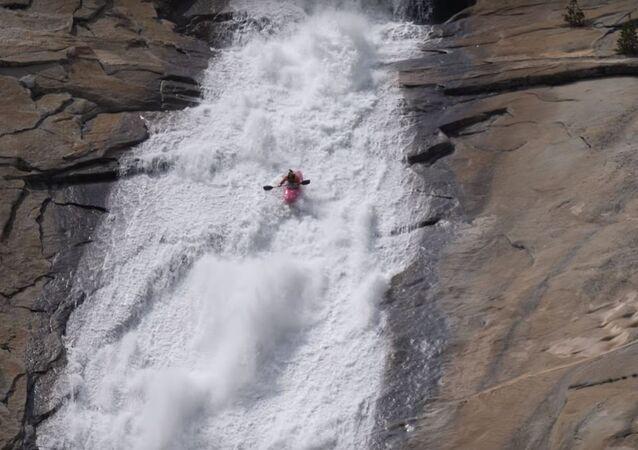 Dane Jackson baja por un tobogán de agua