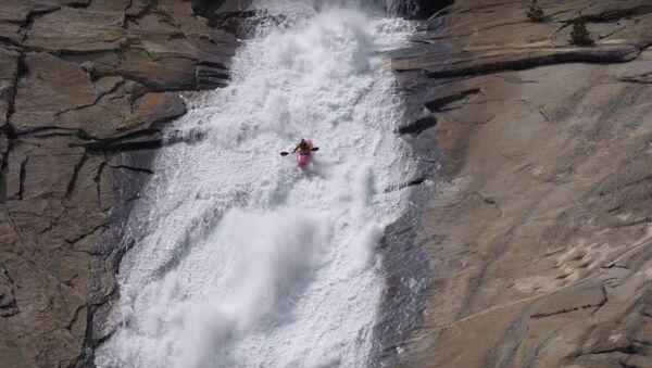 Dane Jackson baja por un tobogán de agua - Sputnik Mundo