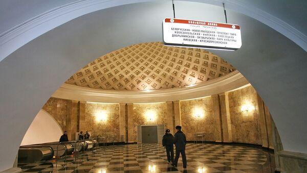la entrada a una de las estaciones del metro de Moscú - Sputnik Mundo