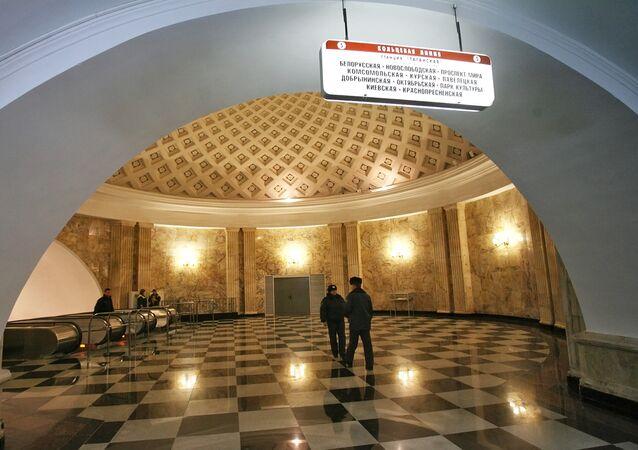 la entrada a una de las estaciones del metro de Moscú