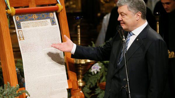 El 'Tomos' de autocefalía y el presidente de Ucrania, Petró Poroshenko - Sputnik Mundo