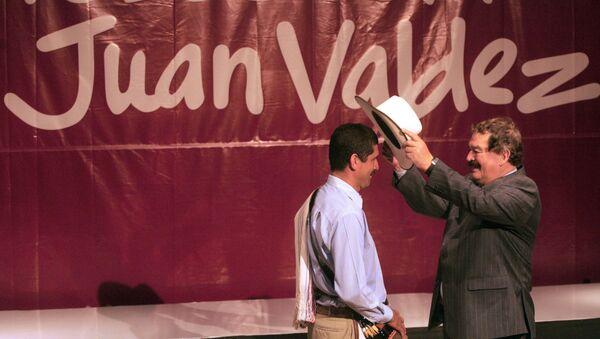 El fallecido actor colombiano Carlos Sánchez, a la derecha, releva al actor Carlos Castañeda, a la izquierda, como imagen de Juan Valdez - Sputnik Mundo