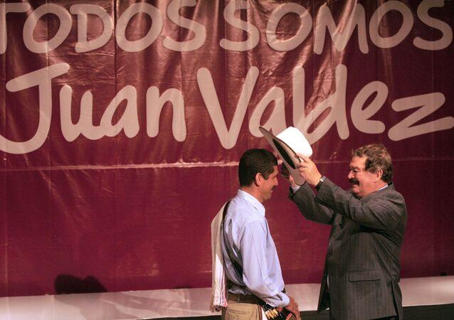 El fallecido actor colombiano Carlos Sánchez, a la derecha, releva al actor Carlos Castañeda, a la izquierda, como imagen de Juan Valdez