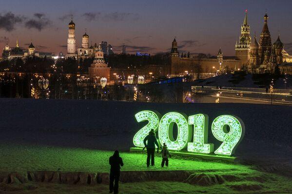 Visitantes del parque Zariadie, en Moscú - Sputnik Mundo