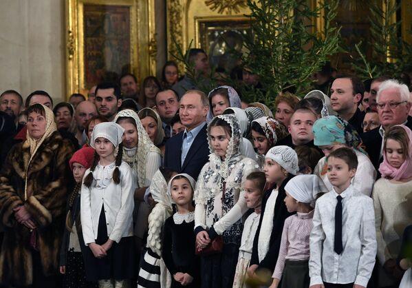 Vladímir Putin asiste a una misa navideña en la Catedral de Transfiguración - Sputnik Mundo