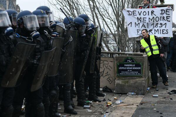 Enfrentamientos entre la policía y los 'chalecos amarillos' en París - Sputnik Mundo