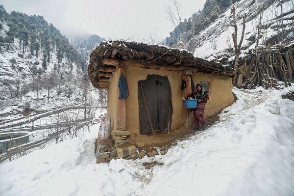 Una mujer, a las afueras de la ciudad de Srinagar - Sputnik Mundo