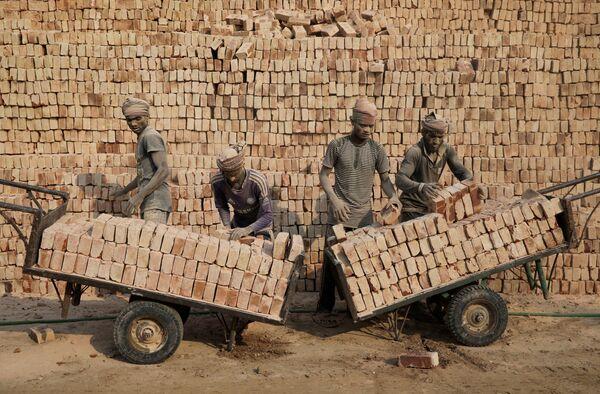 Empleados de una fábrica de ladrillos en Bangladesh - Sputnik Mundo
