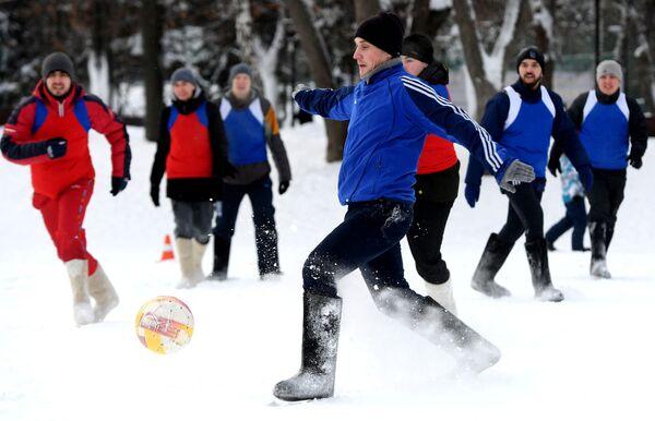 Un insólito partido de fútbol con valenki - Sputnik Mundo