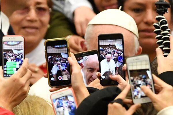 Los fieles toman fotos del papa Francisco - Sputnik Mundo