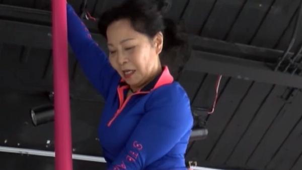 Dai Dali es una china de 73 años que logró demostrar que la edad no es un obstáculo para el baile en barra. - Sputnik Mundo