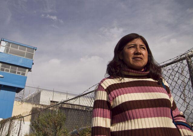 Irma Zavala sale de una visita a su hijo Omar, en el Reclusorio Varonil Oriente