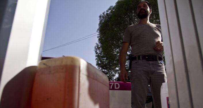 Una taxista llena su tanque de gasolina y compra 40 litros más porque es la materia prima de su trabajo