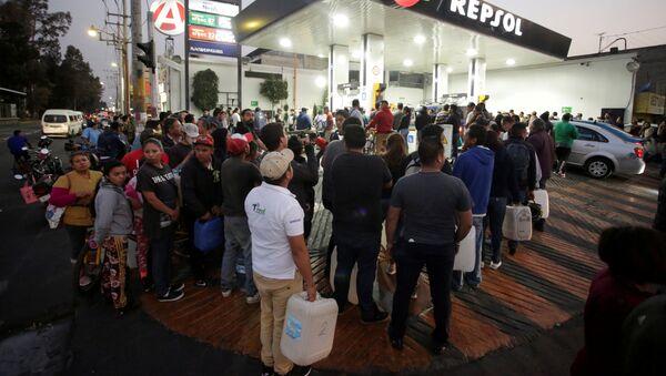 Mexicanos hacen cola en una gasolinera, en Ciudad de México - Sputnik Mundo