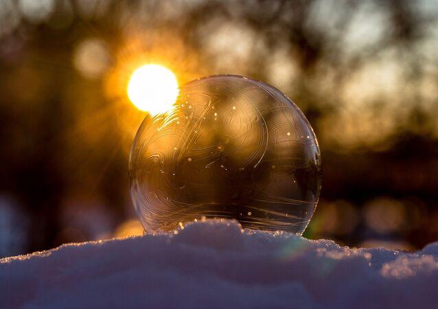 Sol y una bola de cristal (imagen referencial)