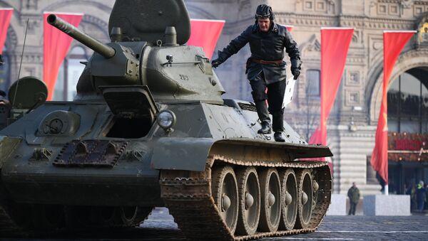 Un tanque T-34 durante el ensayo para el Desfile de la Victoria, foto archivo - Sputnik Mundo