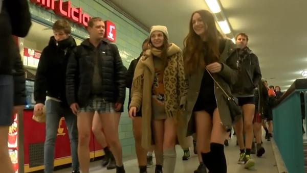 Сientos de personas sin pantalones invaden los metros de todo el mundo - Sputnik Mundo