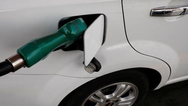 Un coche en una gasolinera en Ciudad de México - Sputnik Mundo
