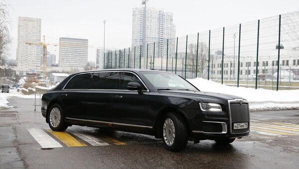 Primer ministro ruso Dmitri Medvédev acude al foro Gaydarovski en un Aurus Senat Limousine - Sputnik Mundo