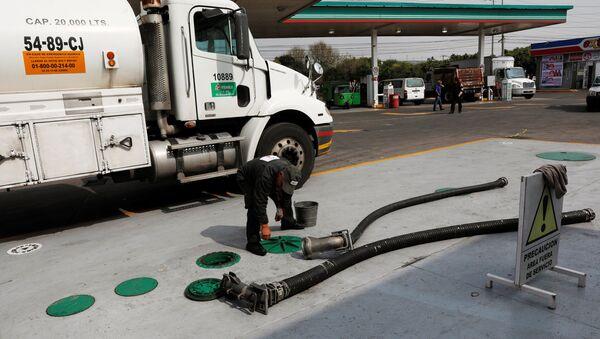 Un coche suministra combustible a una gasolinera en Ciudad de México - Sputnik Mundo