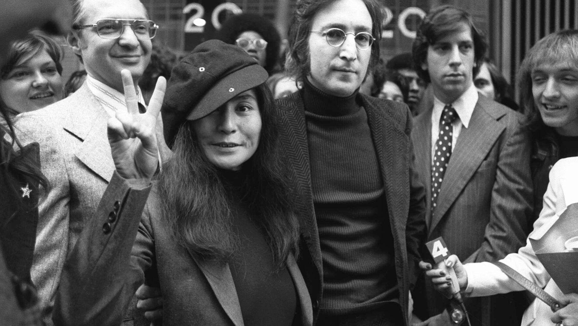Бывший участник группы The Beatles Джон Леннон с женой Йоко Оно - Sputnik Mundo, 1920, 04.02.2021