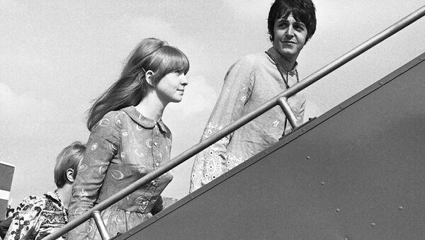 Участник группы The Beatles Пол Маккартни с подругой Джейн Эшер - Sputnik Mundo