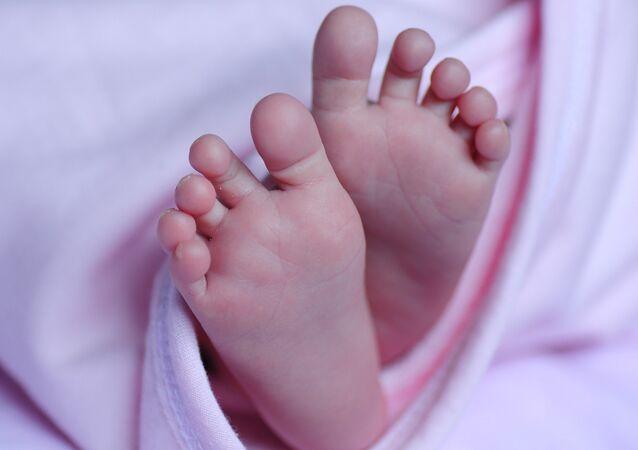 Un bebé, foto de archivo