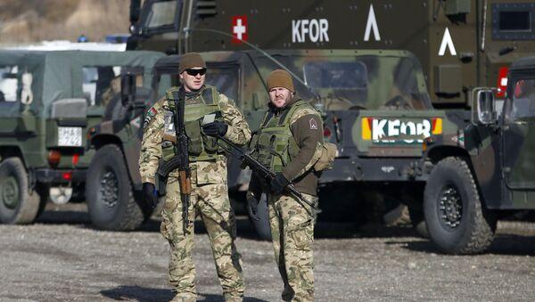 Miembros de la KFOR, las fuerzas de seguridad de la OTAN en Kosovo - Sputnik Mundo