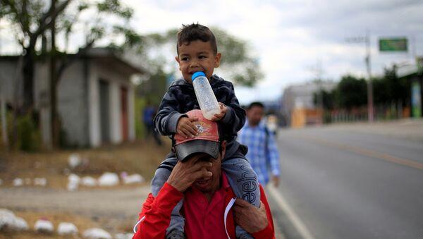 Migrantes hondureños de la nueva caravana que se dirige a EEUU - Sputnik Mundo