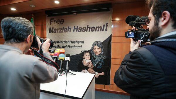 Una pancarta a favor de liberación de la periodista iraní Marzieh Hashemi - Sputnik Mundo