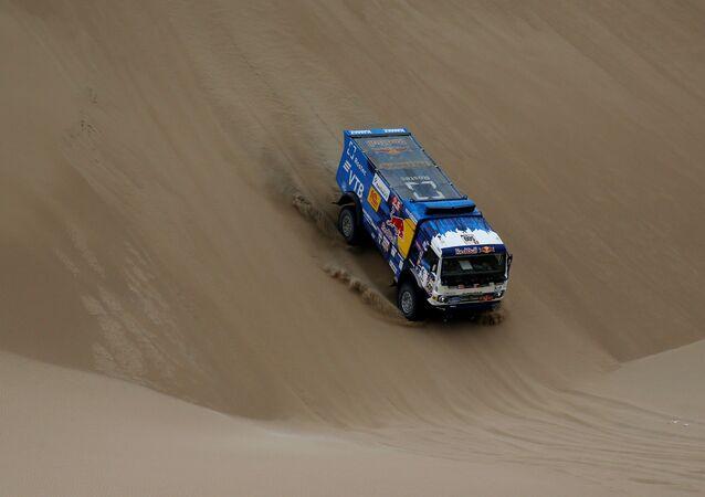 Un camión kamaz en la competencia del Rally Dakar