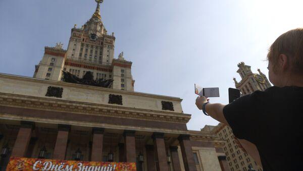 Una estudiante toma una foto de su identificación en la Universidad Lomonósov de Moscú - Sputnik Mundo
