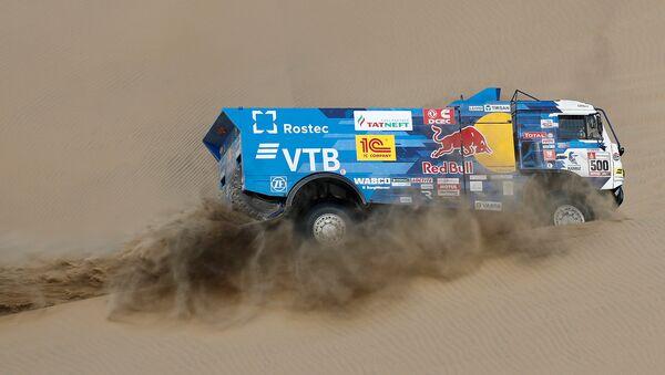 Equipo de Kamaz bajo el mando del piloto ruso Eduard Nikolaev durante el Rally Dakar 2019 - Sputnik Mundo