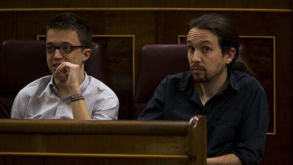 Pablo Iglesias (dche.) e Iñigo Errejón (izda.) en el PArlamento de España (archivo) - Sputnik Mundo