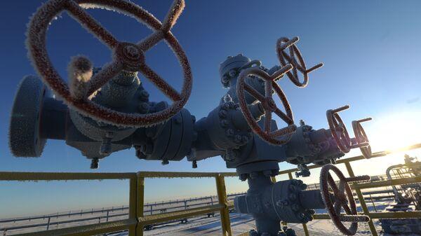 Tuberías situadas en un yacimiento de gas de Rusia - Sputnik Mundo