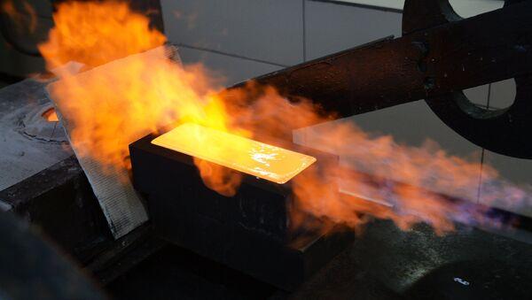 La producción de un lingote de oro - Sputnik Mundo